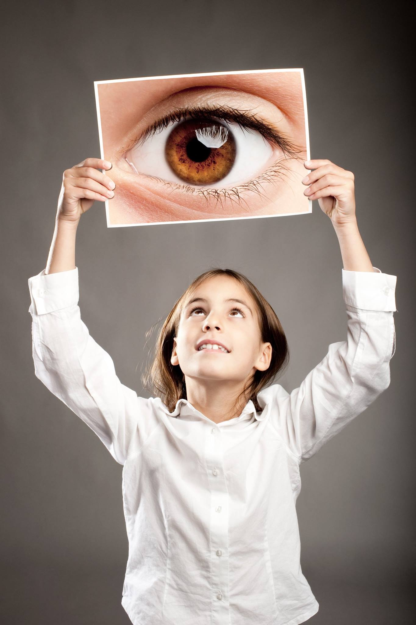 kid-girl-eye-eyesight-screening-test
